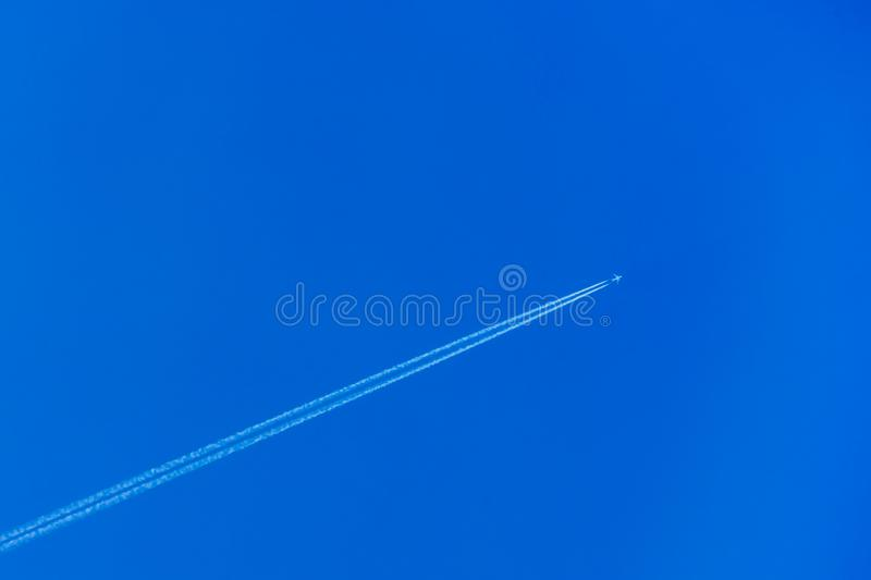 Avi?o com o contrail no c?u azul fotos de stock royalty free