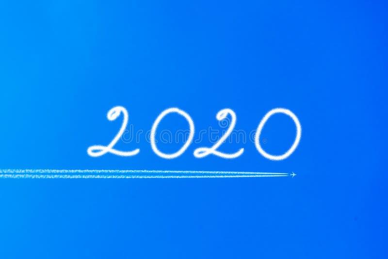 Avi?o com o contrail no c?u azul O conceito da liberdade, movendo-se para a frente Fundo do c?u Para a frente a 2020 imagens de stock