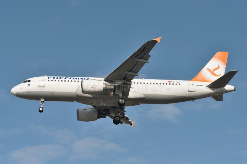 Avi?o de Freebird Airlines Airbus A320 foto de stock