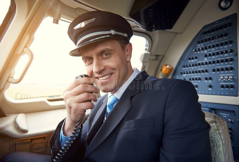 Aviador de irradiação que fala pelo transmissor portátil fotos de stock