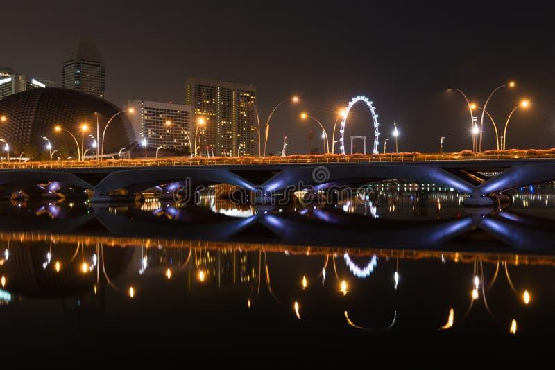 Aviador del puente, del teatro y de Singapur de la explanada en la noche imagenes de archivo