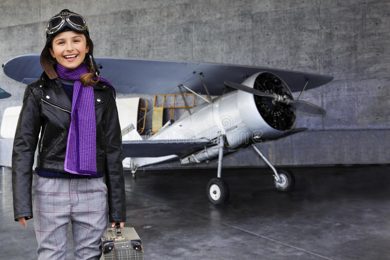 Aviador, muchacha feliz lista para viajar con el avión. foto de archivo