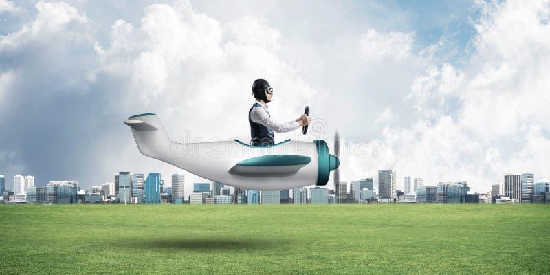 Aviador novo que conduz o plano de hélice pequeno imagem de stock