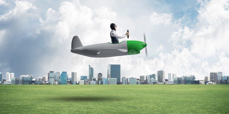 Aviador novo que conduz o plano de h?lice pequeno imagens de stock royalty free