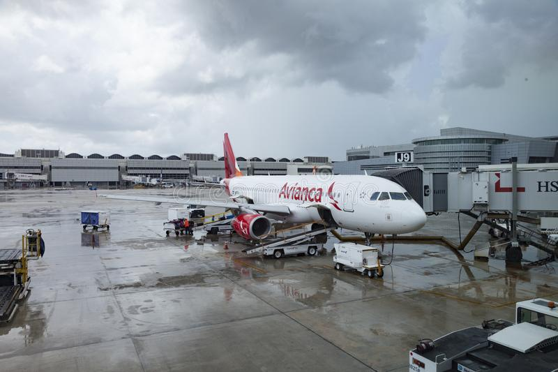 AVIANCA prêt à embarquer à l'aéroport international de Miami images libres de droits