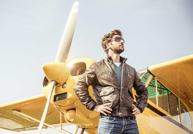 Aviateur posant avant vol photographie stock libre de droits