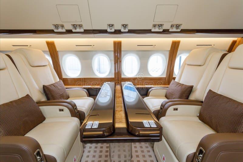 Aviation intérieure de luxe et nuages d'affaires d'avions par le hublot image libre de droits