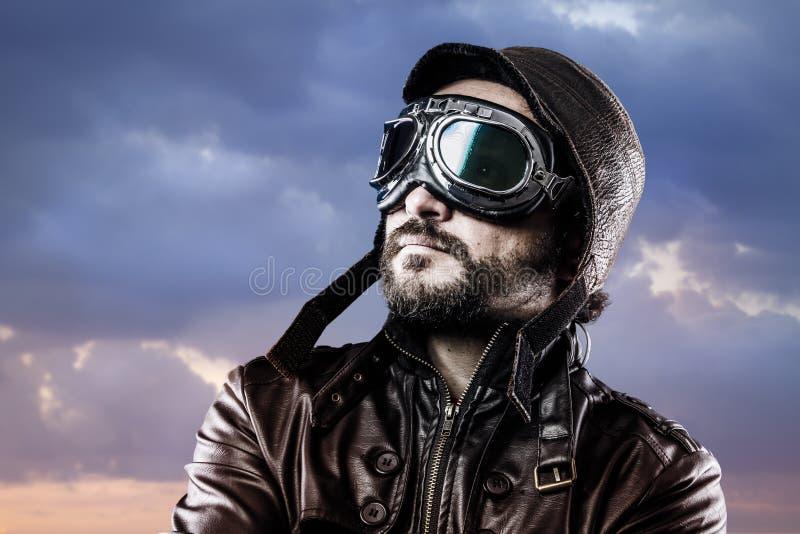 Aviatore con i vetri ed il cappello d'annata con l'espressione fiera fotografia stock