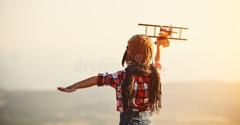 Aviatore pilota del bambino con i sogni dell'aeroplano di viaggio di estate fotografia stock libera da diritti