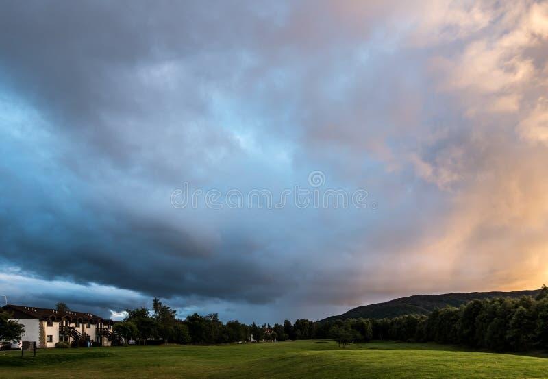 AVIEMORE, BADENOCH και STRATHSPEY/SCOTLAND - 26 Αυγούστου: Ηλιοβασίλεμα στοκ εικόνα με δικαίωμα ελεύθερης χρήσης
