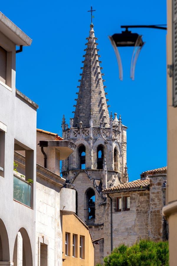 avignon O pináculo da igreja de pedra medieval velha fotos de stock royalty free