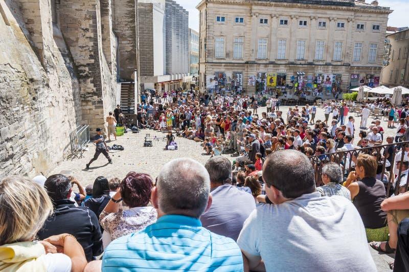 Avignon, Palais Des Papes Front Square mensen die op arstists letten toont stock afbeeldingen
