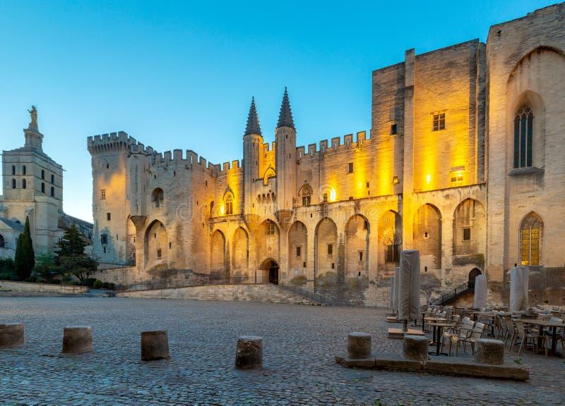 avignon Provence A fachada central do palácio papal no alvorecer fotos de stock