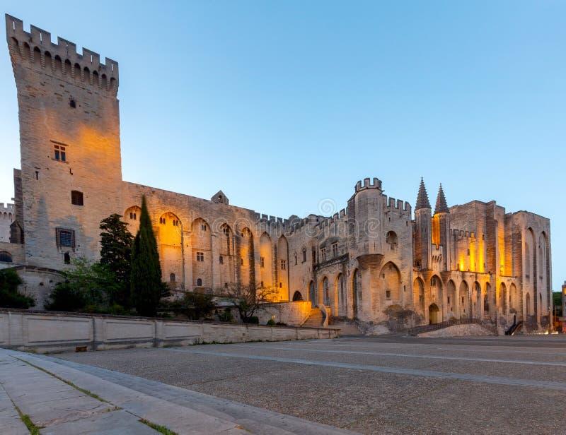 avignon Provence A fachada central do palácio papal no alvorecer imagens de stock royalty free
