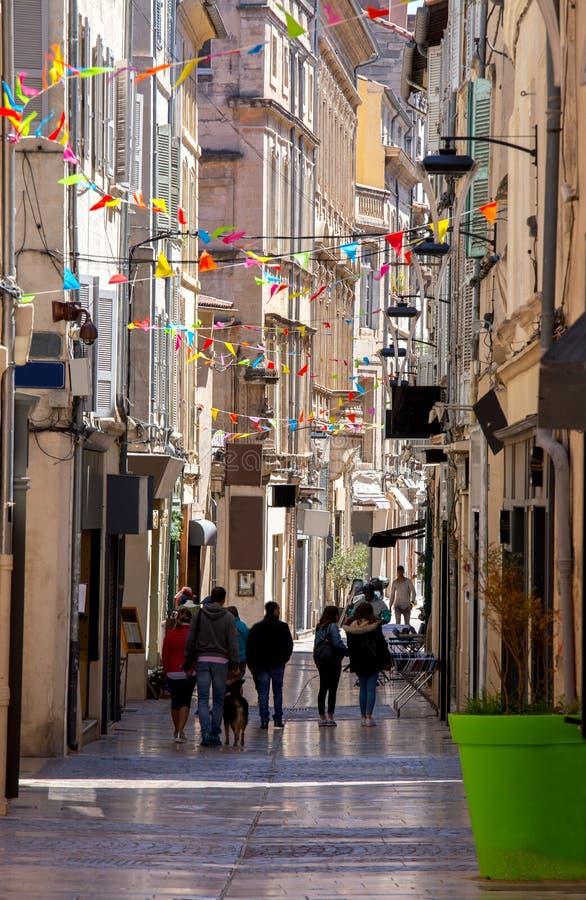 avignon Rua estreita medieval velha no dia ensolarado fotografia de stock