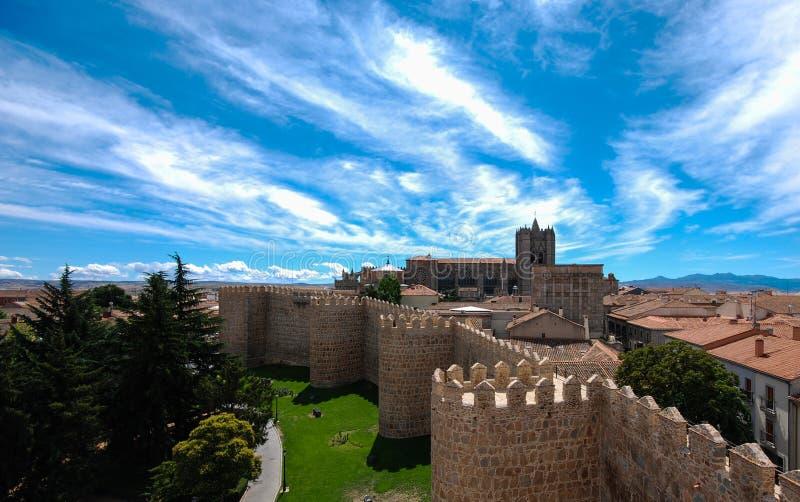 Avila domkyrka från väggarna av den medeltida staden arkivbild