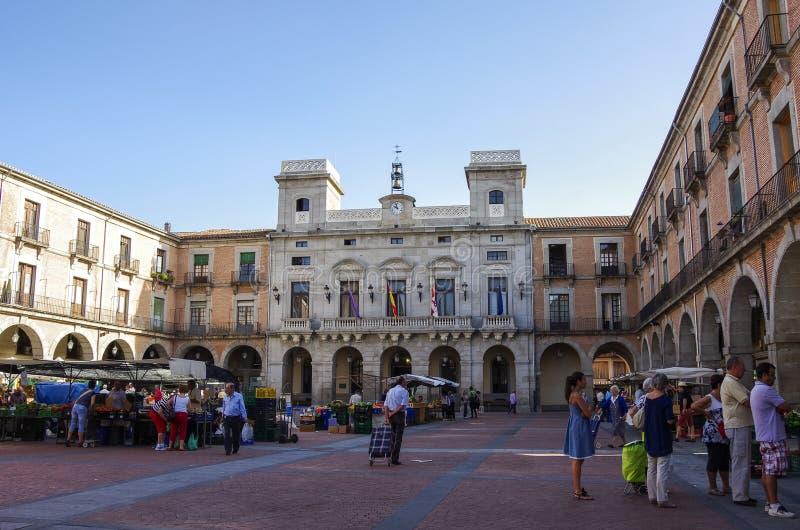 Avila, Espanha - 5 de agosto de 2011 --Vista na câmara municipal e no mercado fotos de stock royalty free