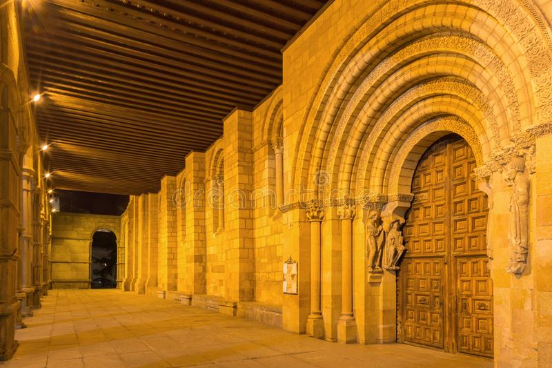 AVILA, SPANIEN, APRIL - 19, 2016: Die Säulenhalle und des Romanesque das Portal südwärts von Basilikade San Vicente mit den Apost lizenzfreie stockfotos