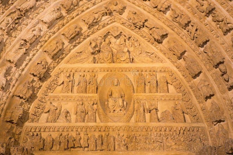 AVILA, SPANJE: Detail van het noordenportaal van Catedral DE Cristo Salvador met het Laatste Oordeel en de Kroning van de Maagdel royalty-vrije stock afbeelding
