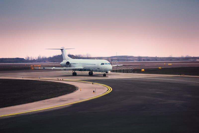 Avion à l'aéroport image stock