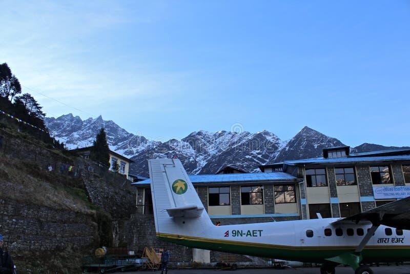 Avion à l'aéroport de Lukla images stock