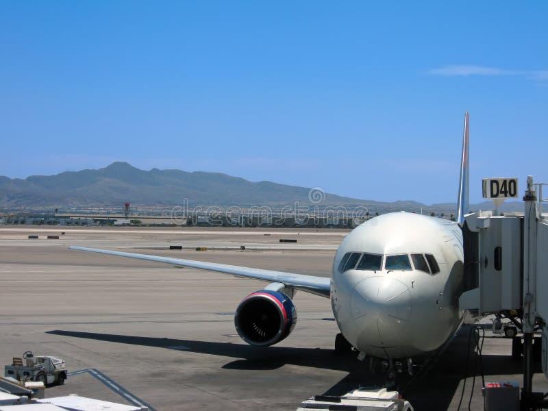 Avion à la porte photos stock