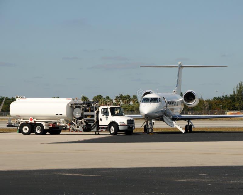 Avion à réaction étant rempli de combustible photo stock