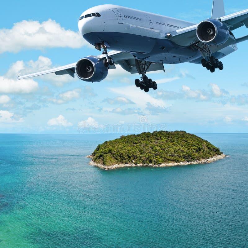 Avion à réaction au-dessus de l'île photo stock