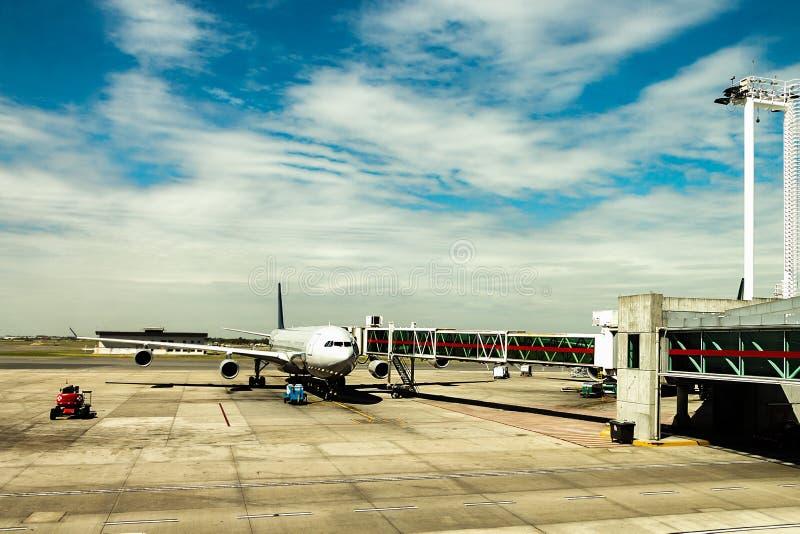Avion à réaction dans l'aéroport avec un doigt jetway de son côté images libres de droits