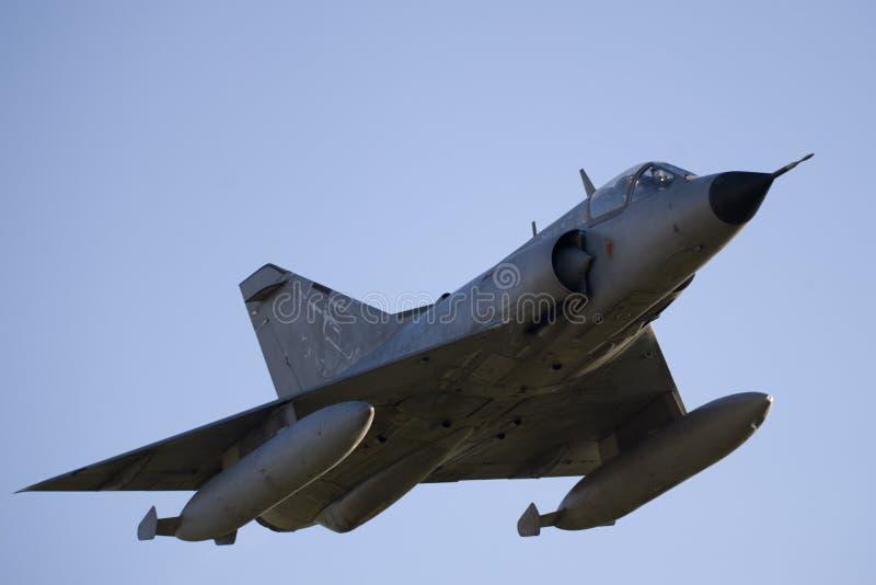 Avion à réaction de combat en vol photographie stock libre de droits