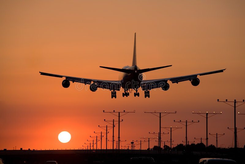 Avion à réaction de coucher du soleil atterrissant 3 photos stock