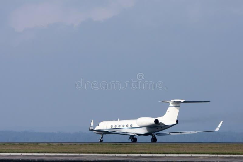 Avion à réaction de luxe privé sur la piste. photo libre de droits