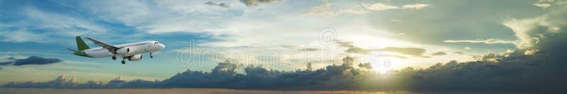 Avion à réaction en vol photographie stock