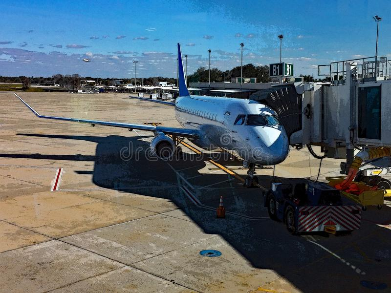 Avion à réaction garé à une porte d'aéroport illustration de vecteur