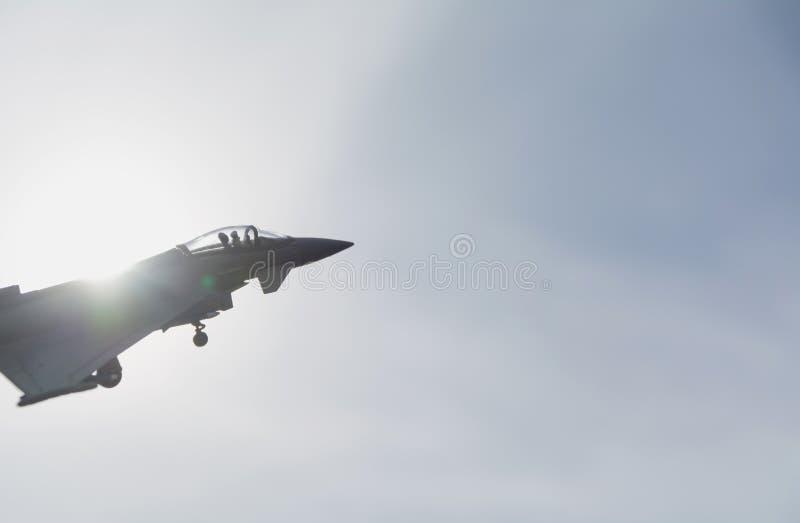 Avion à réaction modèle, jouet d'avion à réaction sous le ciel avec la lumière du soleil photos libres de droits