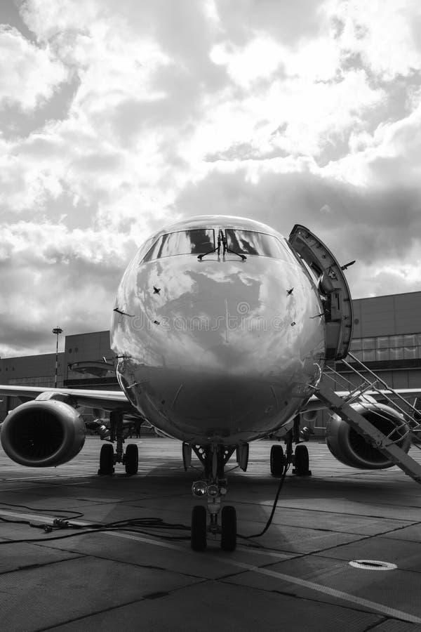Jet privé dans le hangar photographie stock