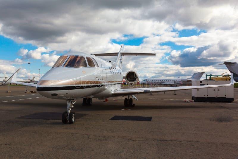 Avion à réaction privé réactif blanc image stock