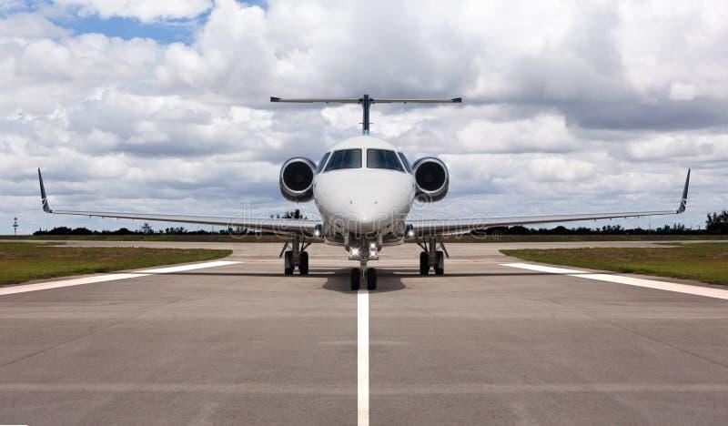 Avion à réaction privé sur la piste photographie stock
