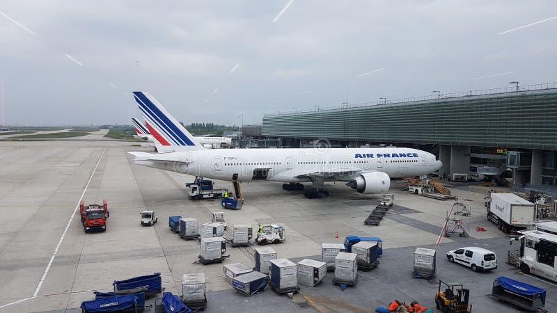 Avion à son aéroport Roissy Charles de Gaule de stationnement photo libre de droits