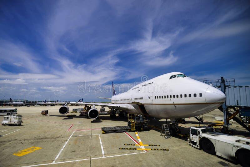 Avion à un aéroport photo stock
