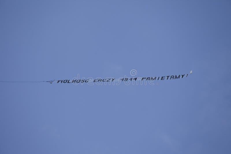 avion à Varsovie pendant la célébration du soixante-quinzième anniversaire du soulèvement de Varsovie images stock