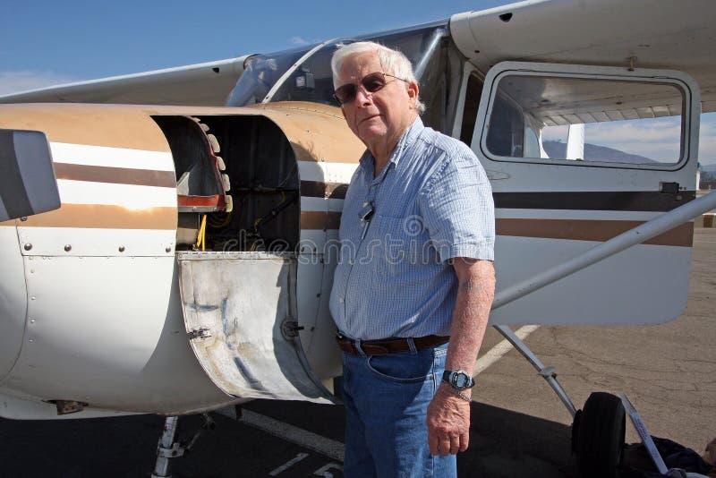 Avion aîné et privé mâle photographie stock libre de droits