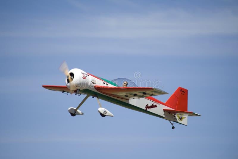Avion acrobatique aérien de rc de large échelle photographie stock