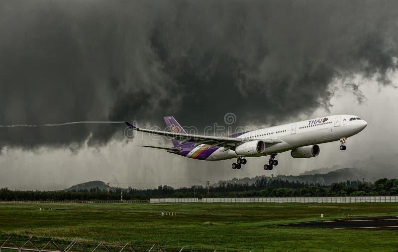Avion Airbus 330-300 de Thai Airways, débarquant à l'aéroport de phuket photos libres de droits