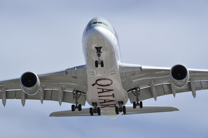 Avion Airbus Qatar Aiways d'atterrissage de bas ventre photo stock
