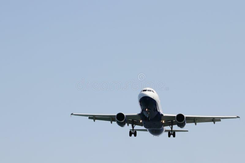 Avion approchant l'aéroport d'emballement photos stock