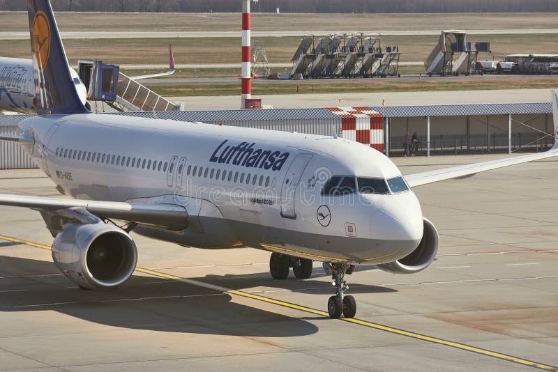 Avion arrivant sur le terminal photo stock