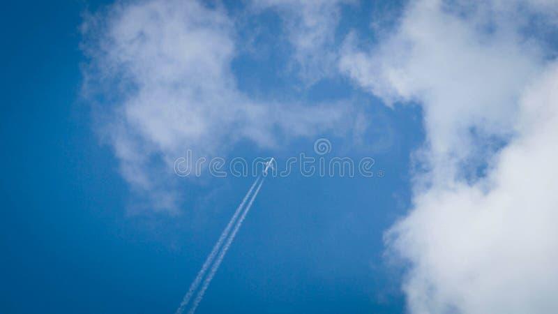 Avion au-dessus de Chelyabinsk photographie stock
