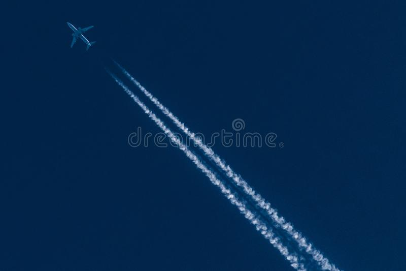 Avion au-dessus de ciel bleu image libre de droits