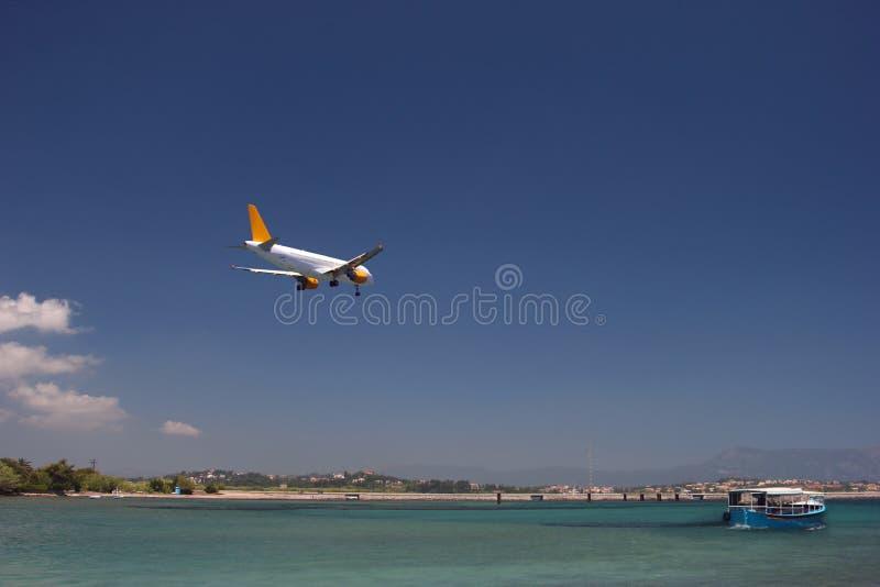 Avion au-dessus de la mer images libres de droits